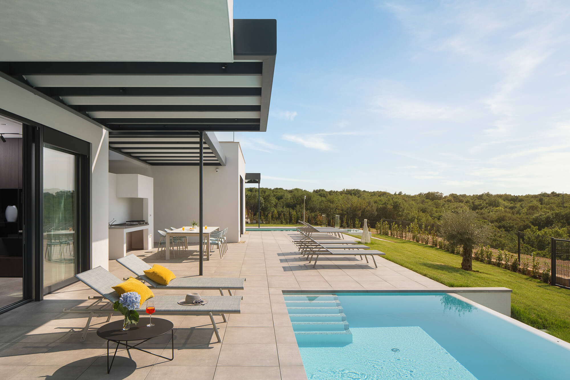 Villa with indoor and outdoor swimming pool